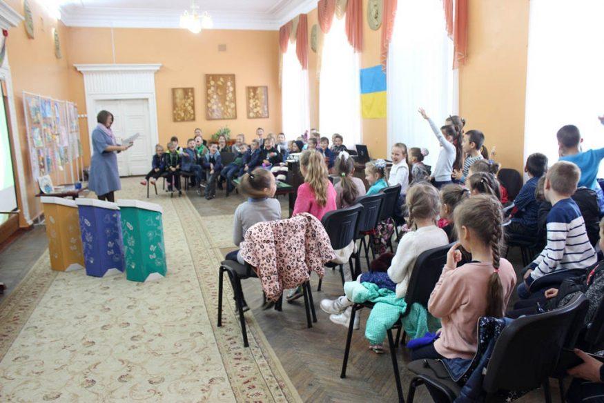 Школярів Кропивницького вчили сортувати сміття та подарували у школи еко-контейнери. ФОТО - 6 - Освіта - Без Купюр