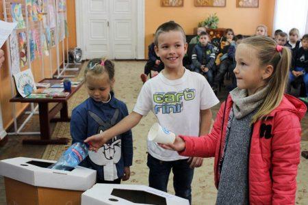 Школярів Кропивницького вчили сортувати сміття та подарували у школи еко-контейнери. ФОТО