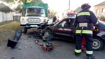 На Кіровоградщині зіткнулись вантажівка і легковик. ФОТО