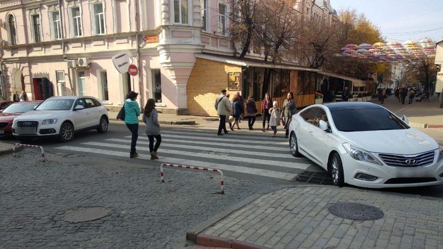 """Без Купюр Автівку, яку припаркували на """"зебрі"""" у Кропивницькому, забрав евакуатор. ФОТО За кермом  поліція Кропивницький Telegram Hyundai"""