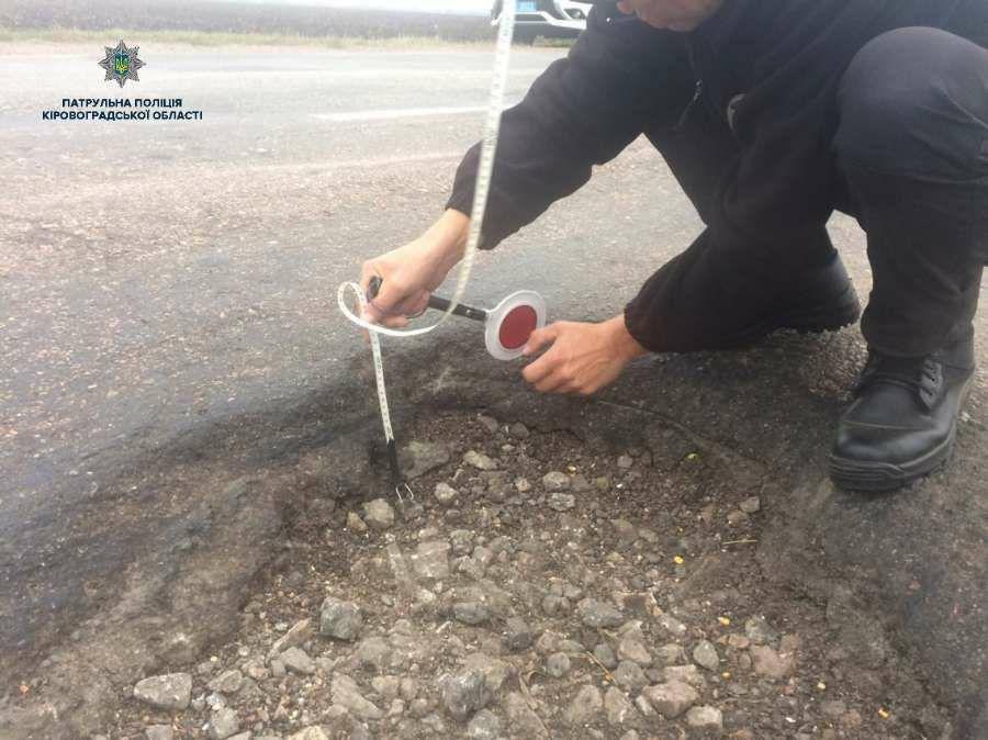 Без Купюр Патрульні оштрафували 40 посадовців через ями на дорогах Кіровоградщини. ФОТО За кермом  ями на дорогах Кіровоградщина