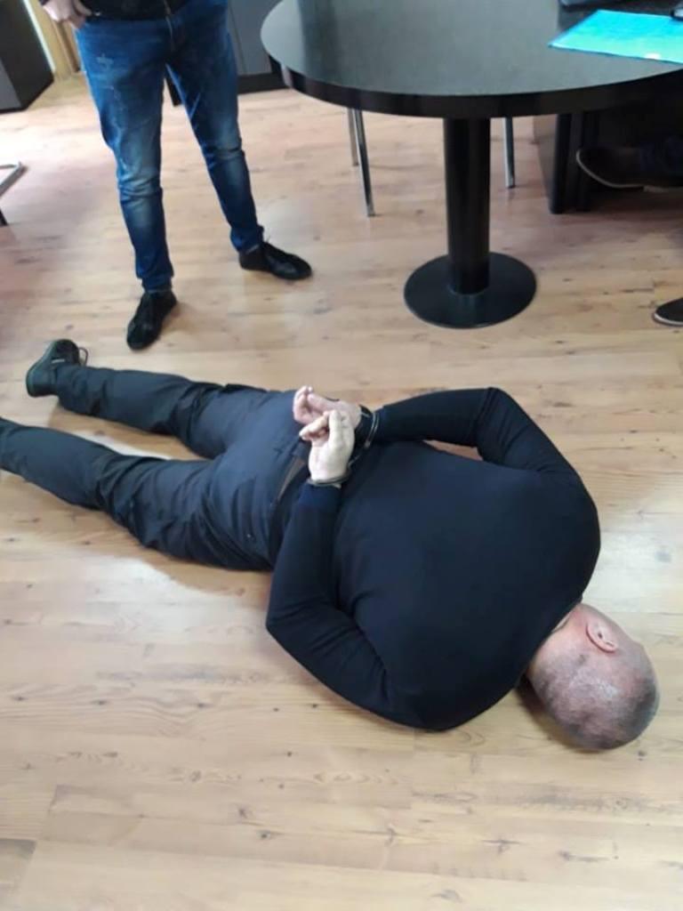 Без Купюр Тікав і викинув гроші: у Кропивницькому за підозрою в хабарництві затримали правоохоронця Корупція  хабар оперуповноважений Кропивницький