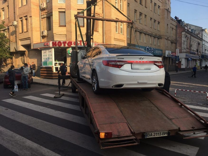 """Автівку, яку припаркували на """"зебрі"""" у Кропивницькому, забрав евакуатор. ФОТО - 3 - За кермом - Без Купюр"""