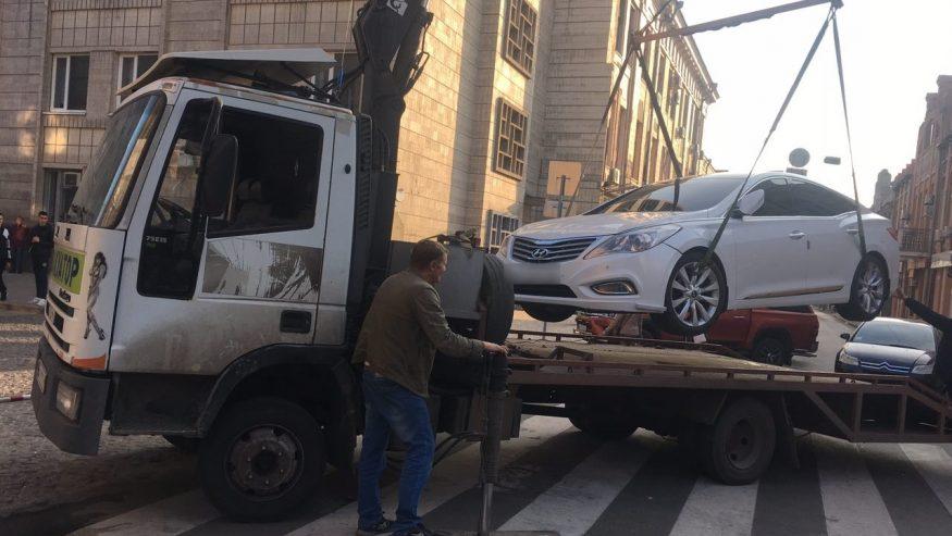 """Автівку, яку припаркували на """"зебрі"""" у Кропивницькому, забрав евакуатор. ФОТО - 2 - За кермом - Без Купюр"""