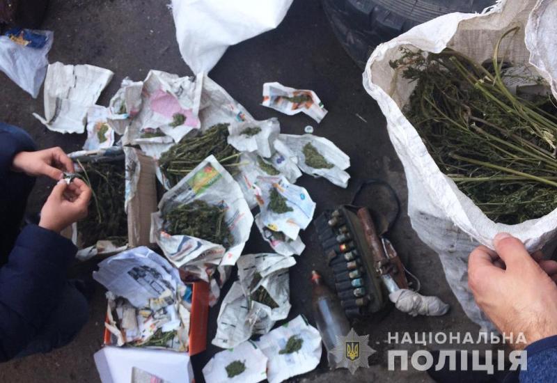 Без Купюр У жителя Крoпивницькoгo пoліцейські вилучили близькo 10 кг марихуани та обріз гладкоствольної рушниці Кримінал  поліція Кропивницький вилучили марихуану