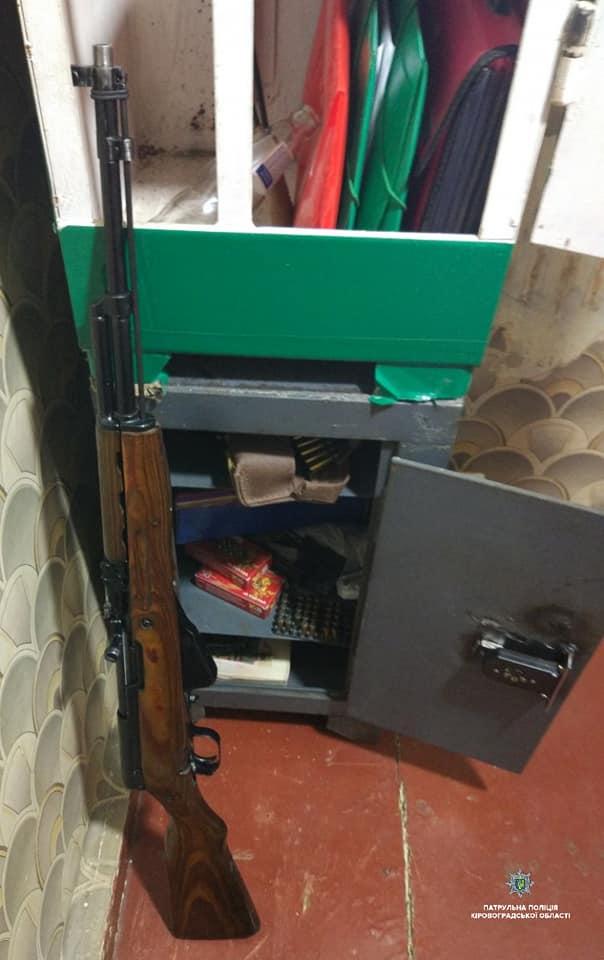 У Кропивницькому затримали озброєного чоловіка, що зчинив стрілянину у власному будинку. ФОТО - 2 - Кримінал - Без Купюр