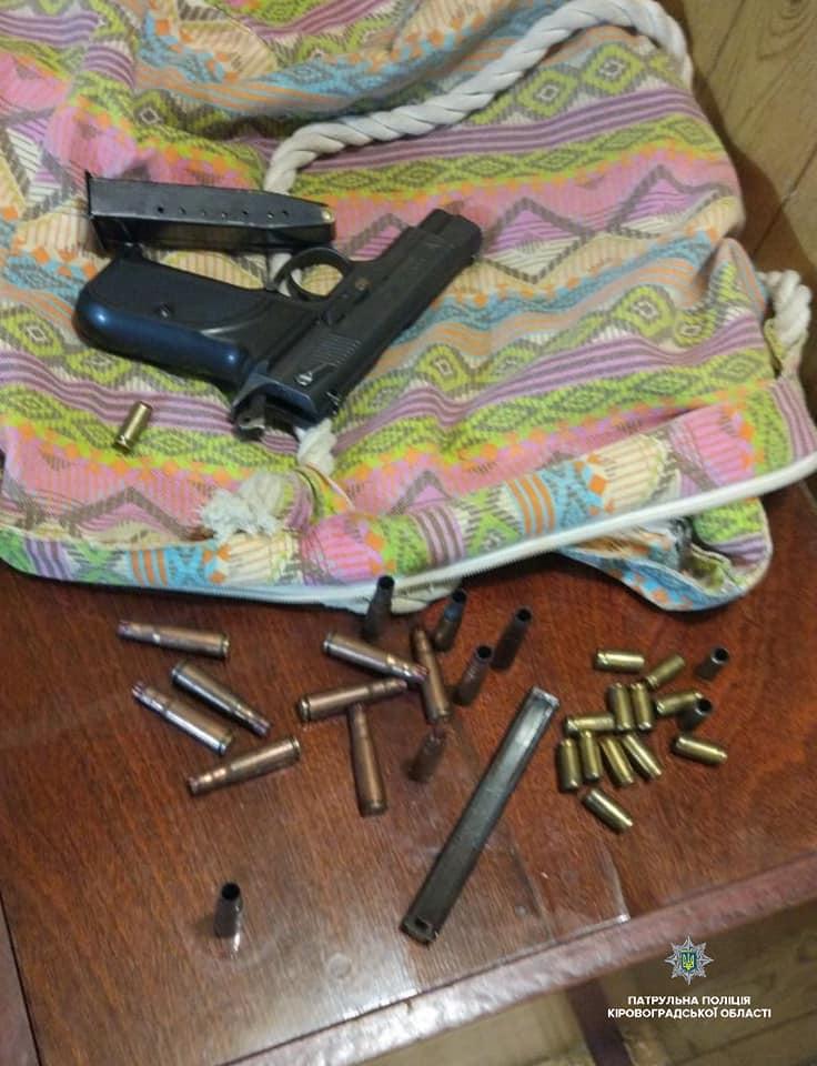 Без Купюр У Кропивницькому затримали озброєного чоловіка, що зчинив стрілянину у власному будинку. ФОТО Кримінал  стрілянина Патрульна поліція Кропивницький