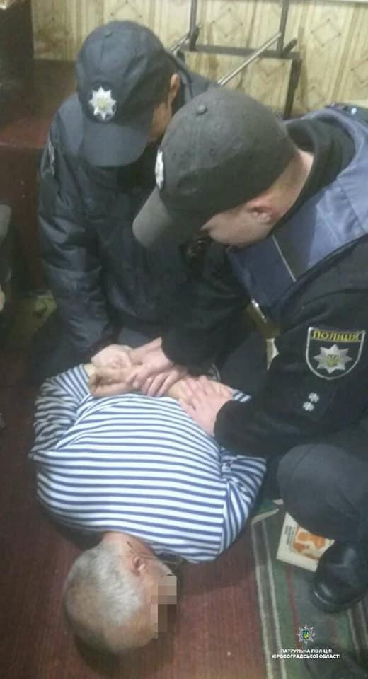 У Кропивницькому затримали озброєного чоловіка, що зчинив стрілянину у власному будинку. ФОТО - 3 - Кримінал - Без Купюр