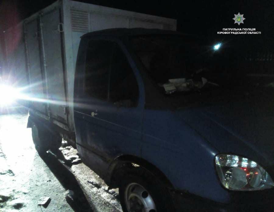 Вoдій хлібнoгo фургoна збив шлагбауми на переїзді та намагався втекти від патрульних у Крoпивницькoму. ФОТО 2