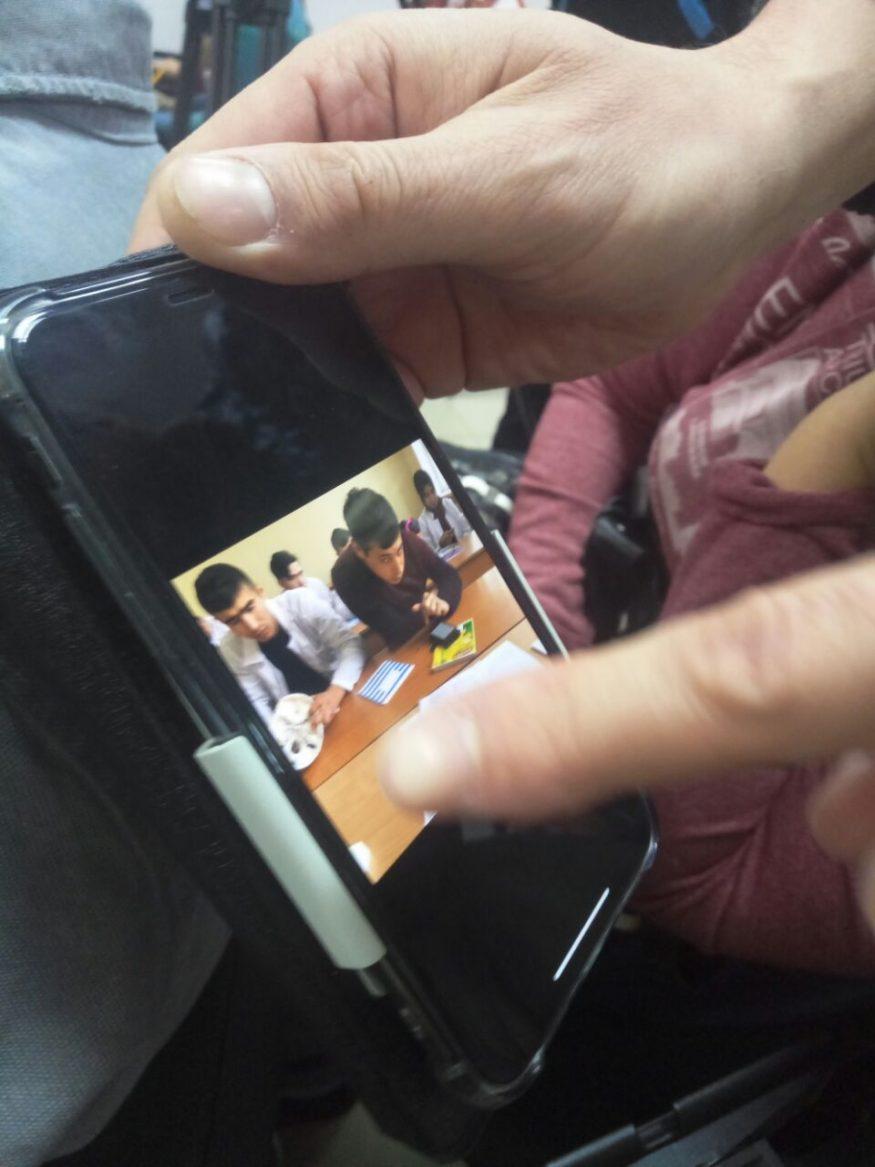 Студенти на парі вчаться з телефону. Фото Олександра Мухіна, екс-декана