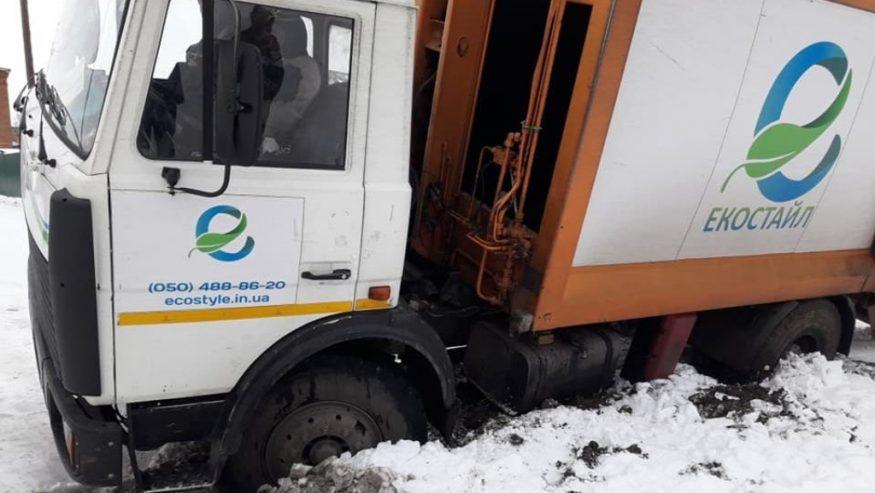 У Кропивницькому сміттєвоз потрапив у яму, що лишилась від розриття. ФОТО