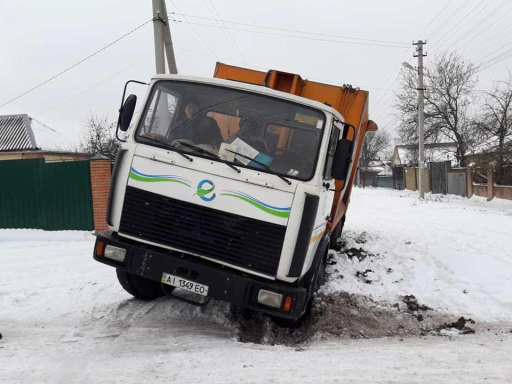 Без Купюр У Кропивницькому сміттєвоз потрапив у яму, що лишилась від розриття. ФОТО Події  сміттєвоз Кропивницький Екостайл