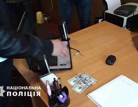 На Кіровоградщині затримали чоловіка, який пропонував поліцейському 200 доларів