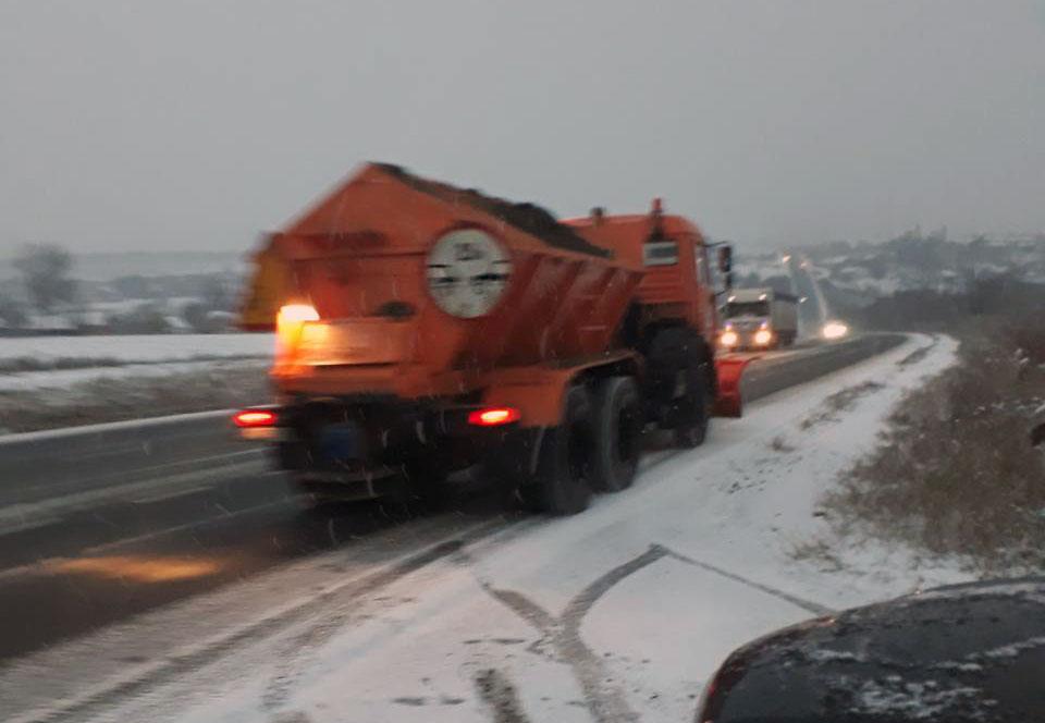 В трьох районах Кіровоградщини випав сніг, дорожники витратили 100 тонн протиожеледної суміші