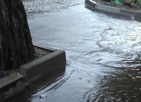 У Кропивницькому після ремонту дороги подвір'я жителів вулиці затоплює дощова вода