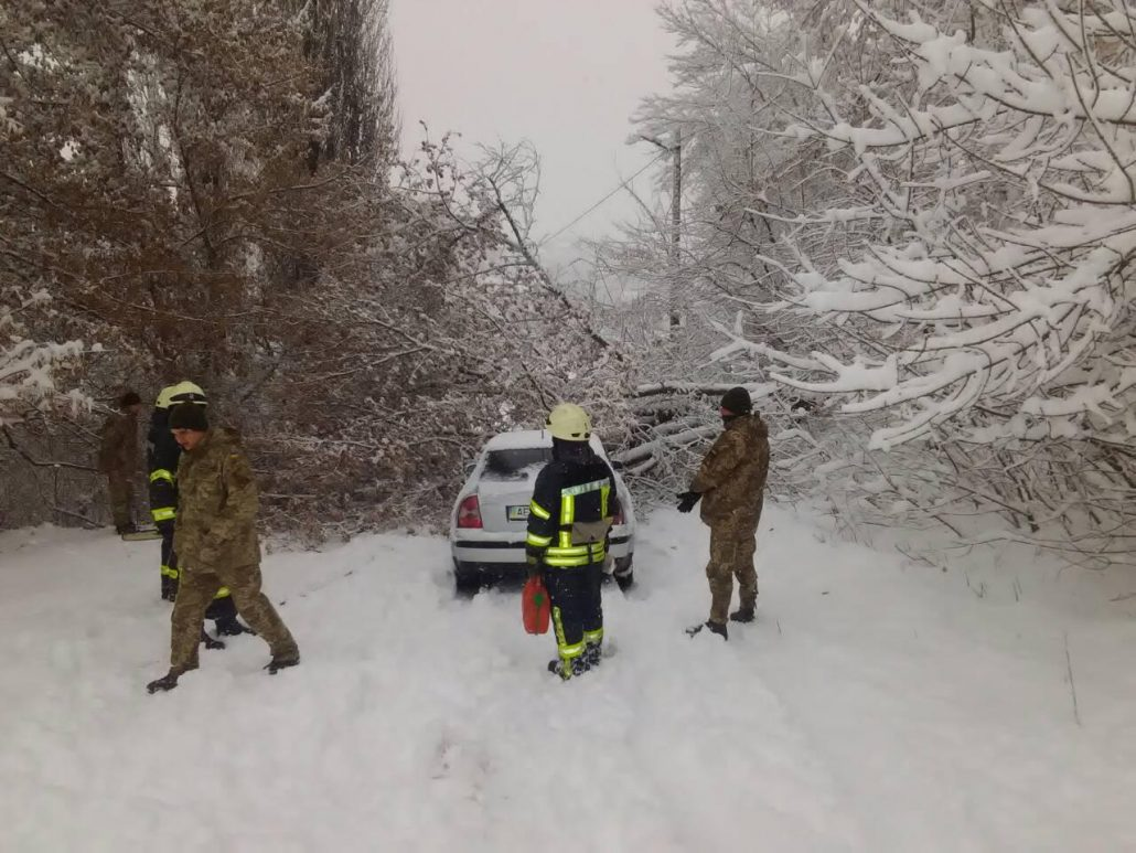 Рятувальники продовжують визволяти автівки зі снігових заметів. ФОТО - 1 - Життя - Без Купюр