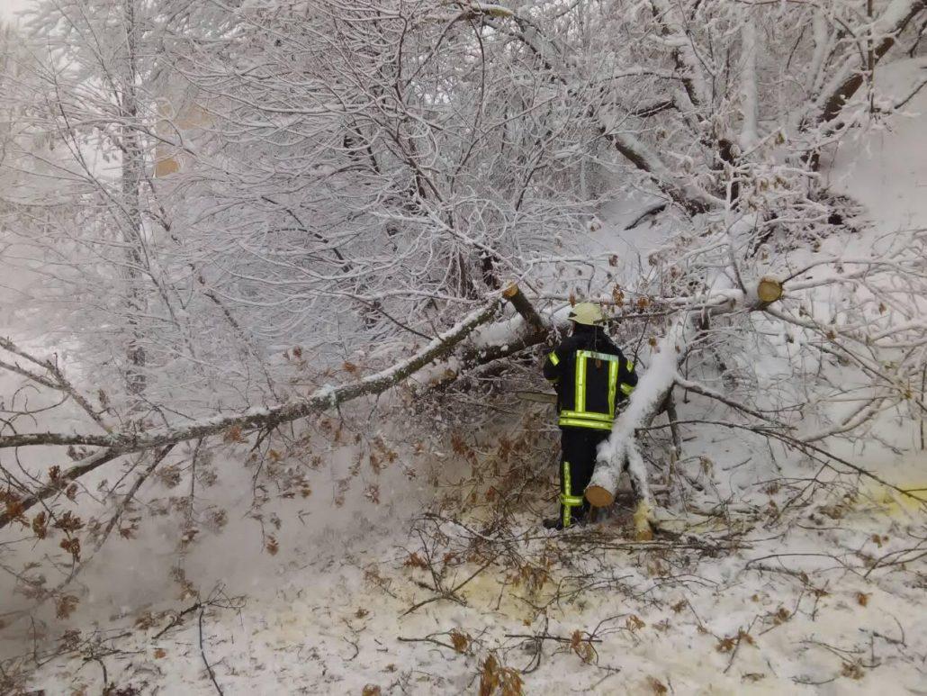 Рятувальники продовжують визволяти автівки зі снігових заметів. ФОТО - 3 - Життя - Без Купюр