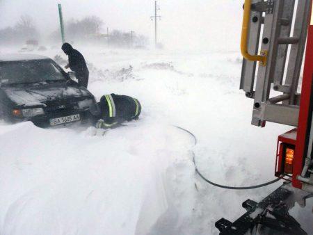 Рятувальники продовжують діставати автівки зі снігових заметів на Кіровоградщині. ФОТО. ВІДЕО