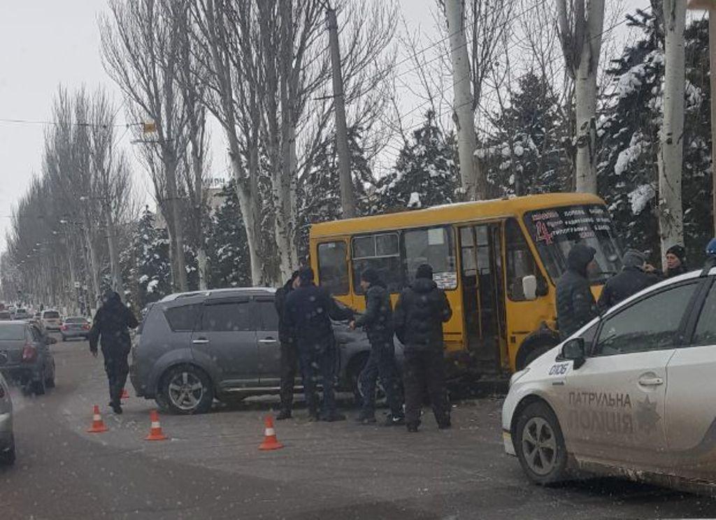 У Кропивницькому внаслідок ДТП постраждали 2 авто й маршрутка. ФОТО - 1 - За кермом - Без Купюр