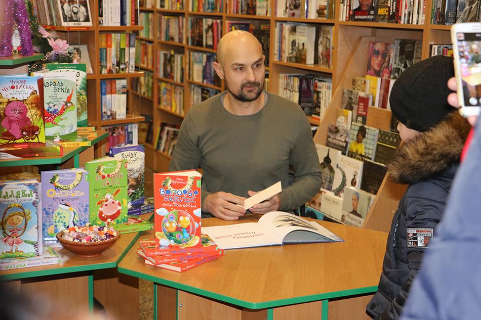 У Кропивницькому письменник Сашко Дерманський зустрівся з маленькими і дорослими читачами. Фото 1