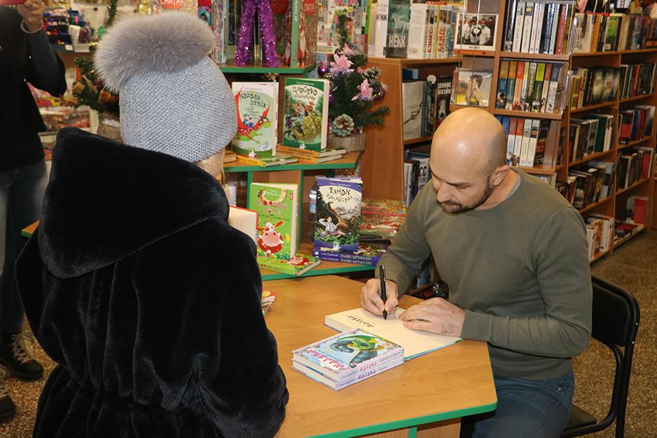 У Кропивницькому письменник Сашко Дерманський зустрівся з маленькими і дорослими читачами. Фото 2