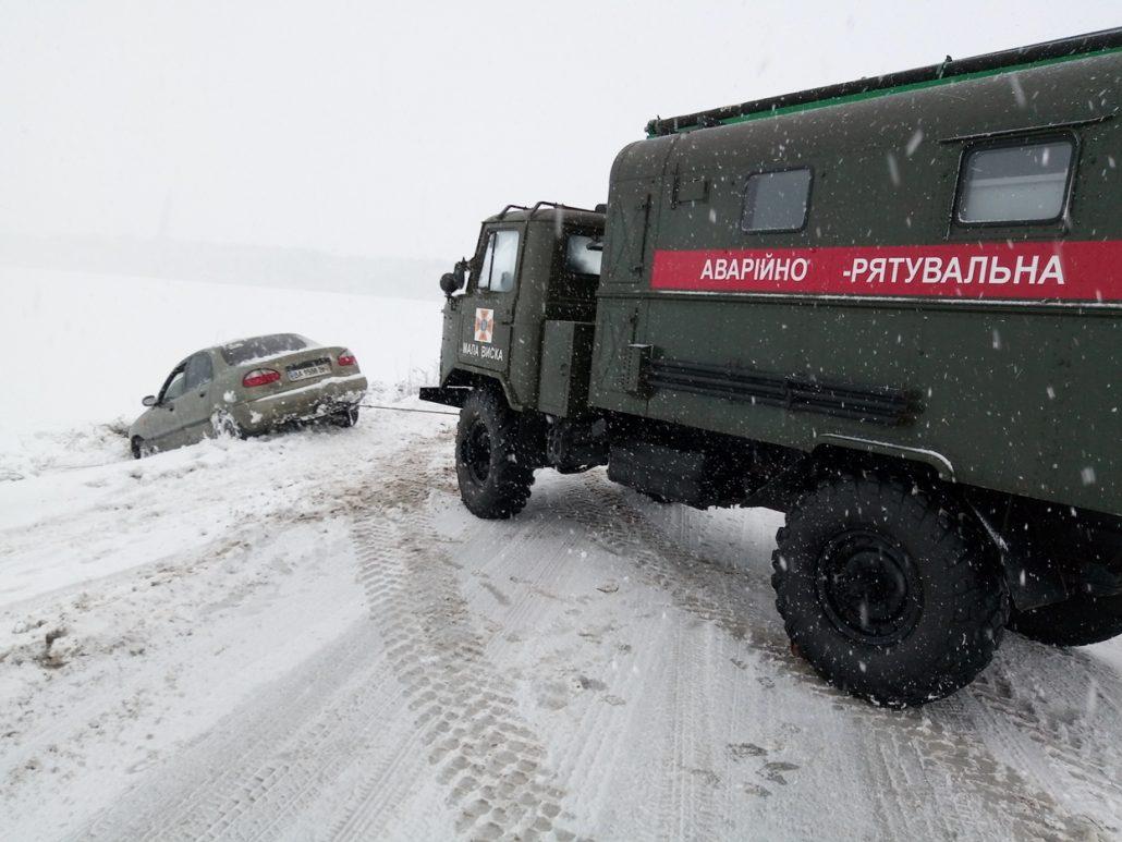 Без Купюр Рятувальники продовжують визволяти автівки зі снігових заметів. ФОТО Життя  наслідки снігопадів Кіровоградщина ДСНС