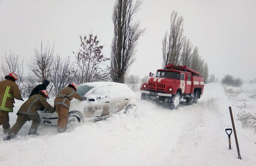 Без Купюр | Життя | Рятувальники продовжують діставати автівки зі снігових заметів на Кіровоградщині. ФОТО. ВІДЕО 3