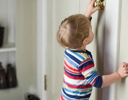 В Олександрії рятувальники допомогли відкрити квартиру, де зачинилась півторарічна дитина