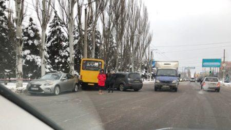 У Кропивницькому внаслідок ДТП постраждали 2 авто й маршрутка. ФОТО