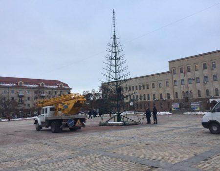 На Площі Героїв Майдану в Кропивницькому почали встановлювати ялинку. ФОТОФАКТ