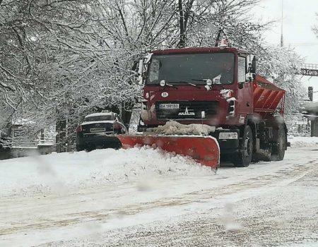Комунальники Кропивницького відзвітували про розчистку доріг від снігу. ФОТО