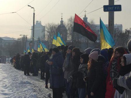 У Кропивницькому Інгул з'єднали живим ланцюгом  на знак єдності України. ФОТО