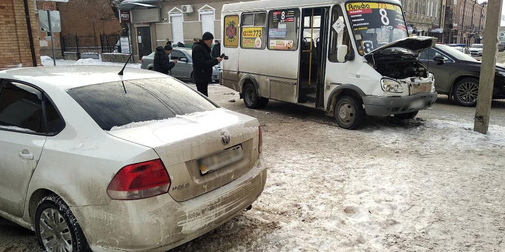 У Кропивницькому зіштовхнулись легковик і маршрутка. ФОТО - 3 - За кермом - Без Купюр