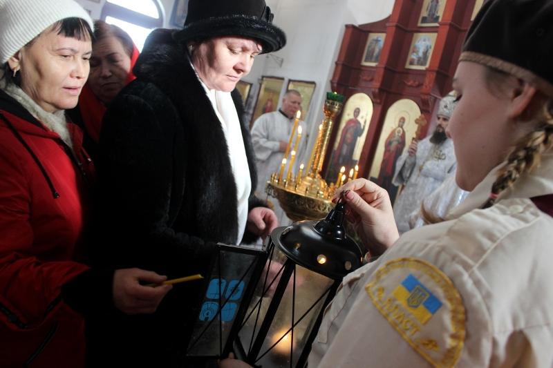 До Кропивницького передали вогонь миру з Вифлеєму. ФОТО - 3 - Релігія - Без Купюр