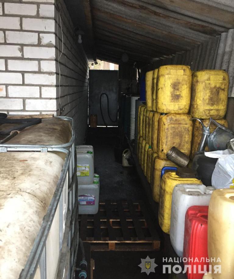 На Кіровоградщині поліція викрила підпільну автозаправку. ФОТО 1