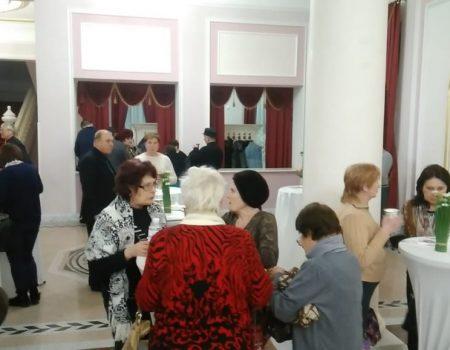 У Кропивницькому виборців годували безкоштовними пиріжками на зустрічі з кандидатом у президенти. ФОТО