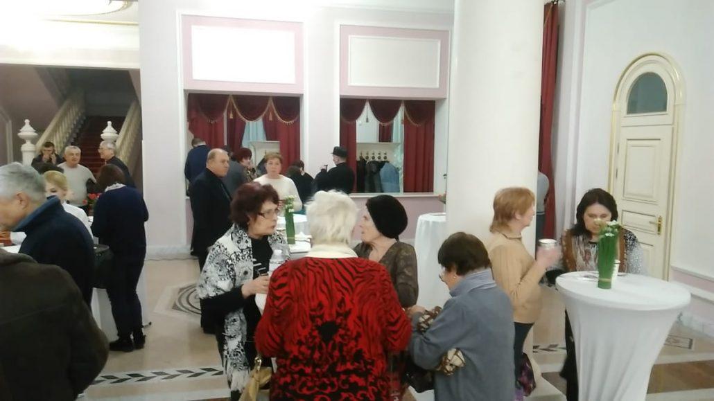 Без Купюр | Політика | У Кропивницькому виборців годували безкоштовними пиріжками на зустрічі з кандидатом у президенти. ФОТО 1