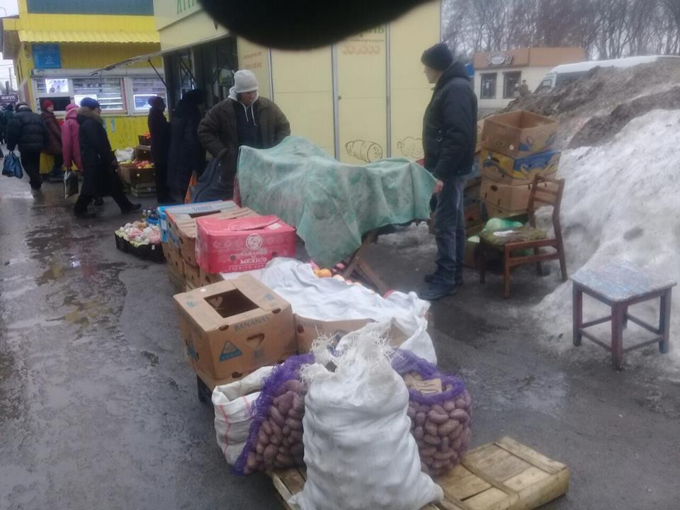 Без Купюр У Кропивницькому штрафують за торгівлю в недозволених місцях. ФОТО Життя  стихійна торгівля Кропивницький
