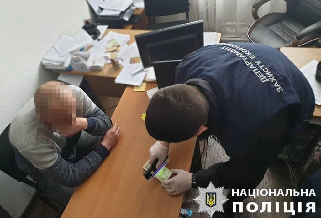 55 тисяч за місце під МАФ: за підозрою у вимаганні хабара затримали посадовця РДА - 4 - Корупція - Без Купюр