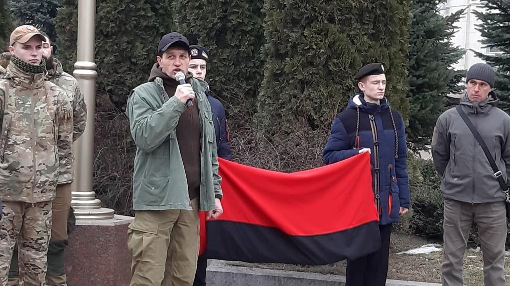 Без Купюр | Вiдео | У День пам'яті Небесної сотні у Кропивницькому підняли червоно-чорний прапор. ФОТО, ВІДЕО 1