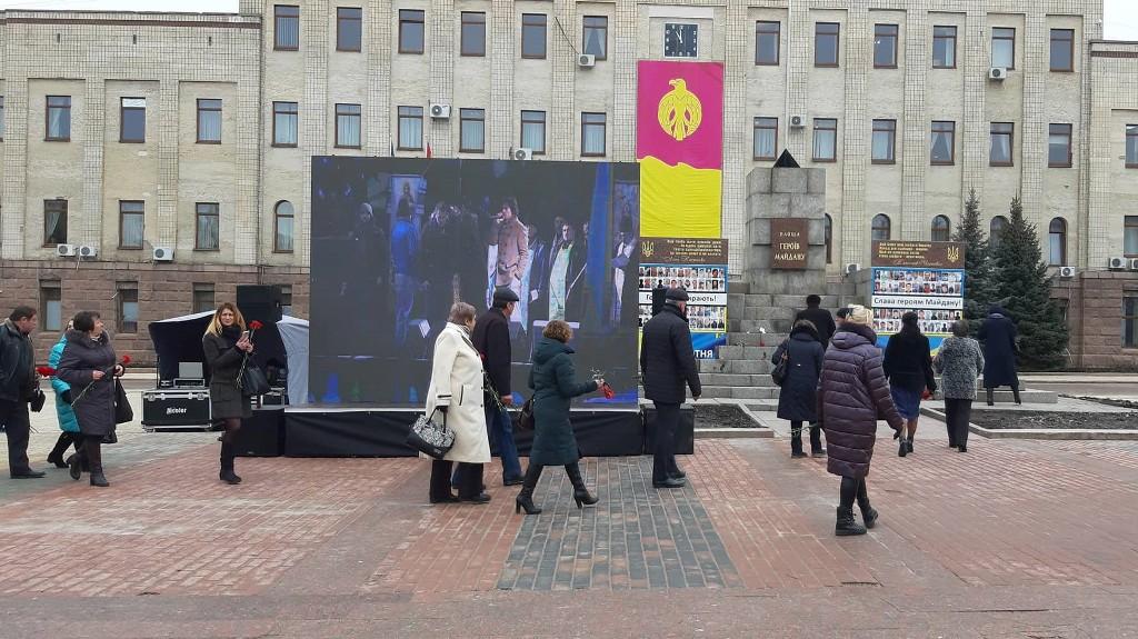 Без Купюр | Вiдео | У День пам'яті Небесної сотні у Кропивницькому підняли червоно-чорний прапор. ФОТО, ВІДЕО 5
