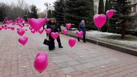 Біля міськради Кропивницького стартувала сердечна фотозона. ФОТО, ВІДЕО