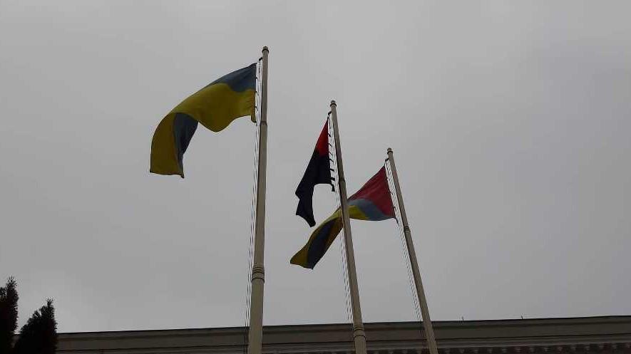 Без Купюр | Вiдео | У День пам'яті Небесної сотні у Кропивницькому підняли червоно-чорний прапор. ФОТО, ВІДЕО 4
