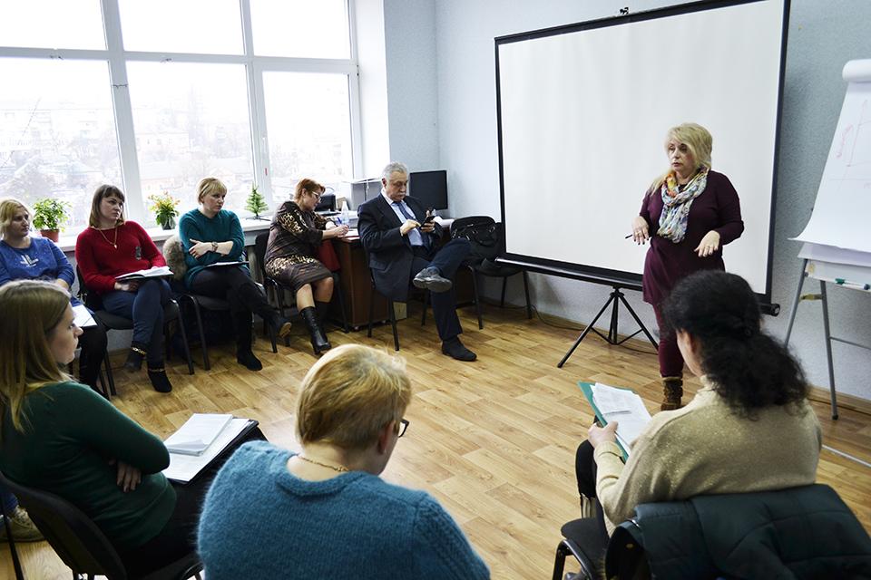 Соціальних працівників Кіровоградщини навчали, як допомогти дітям-жертвам насильства. ФОТО - 1 - Життя - Без Купюр