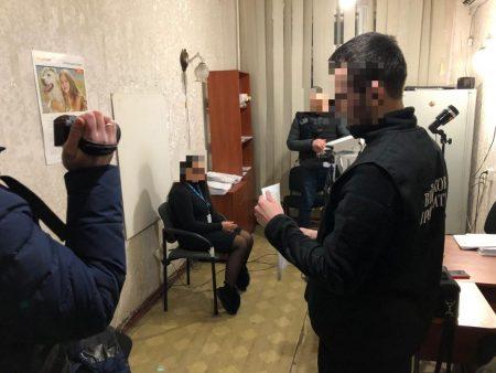На Кіровоградщині співробітницю міграційної служби затримали за підозрою у вимаганні грошей. ФОТО