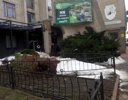 """У Кропивницькому """"волонтери"""" Порошенка кілька годин стояли в черзі у центрі міста. ВІДЕО"""