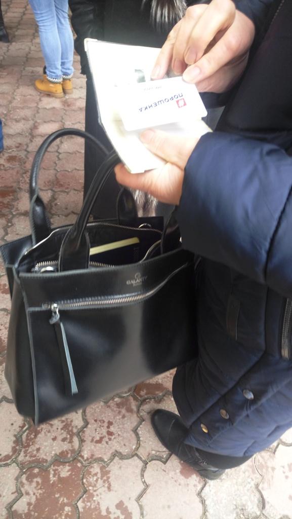 """У Кропивницькому """"волонтери"""" Порошенка кілька годин стояли в черзі у центрі міста. ВІДЕО - 1 - Вiдео - Без Купюр"""