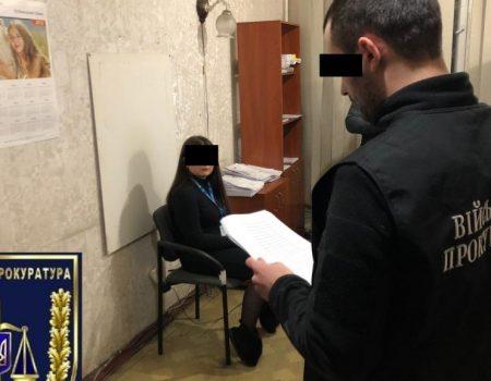 300 доларів за швидке оформлення закордонних паспортів: чиновниця з Олександрії сидітиме під домашнім арештом