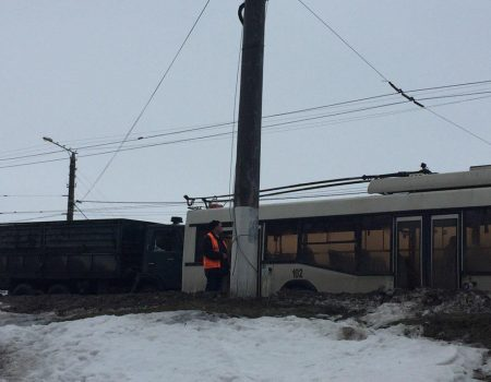 У Кропивницькому вантажівка в'їхала в тролейбус