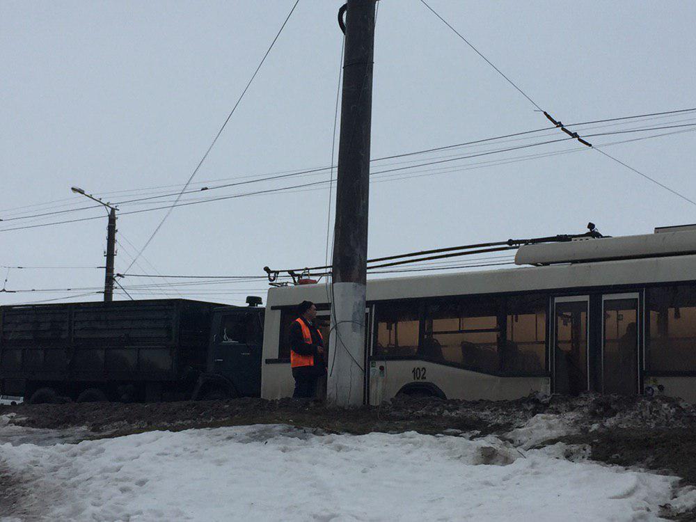 У Кропивницькому вантажівка в'їхала в тролейбус - 2 - За кермом - Без Купюр